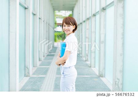 笑顔の大学生 56676532