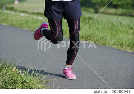 ランニング ランナー 女性 56686948