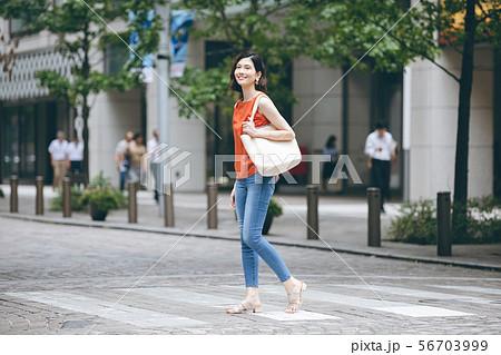 ショッピング 若い女性 ライフスタイル 56703999