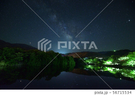湖に映る7月の天の川  56715534
