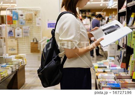 立ち読みをする女性 書店 本屋 雑誌 興味 調べ物 56727196