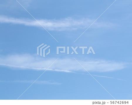 八月の青空と白い雲 56742694