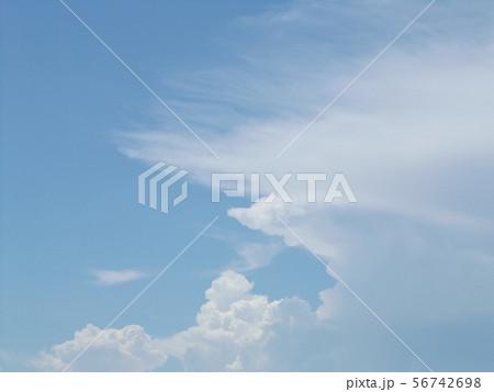 八月の青空と白い雲 56742698