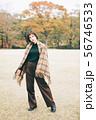秋服ファッションの若い女性 56746533