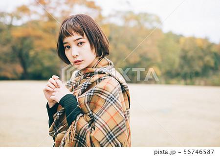 若い女性の秋冬イメージ 56746587