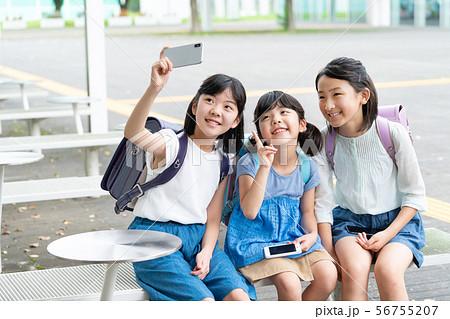 小学生 スマホ 自撮り 女の子 学校生活イメージ 56755207