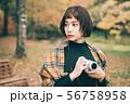 紅葉の写真を撮る女性 56758958