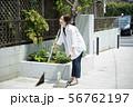 女性 庭掃除 掃除 玄関掃除 町内清掃 56762197