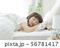 睡眠 ベッド 携帯電話の写真 56781417