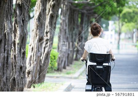 女性 ママチャリ 自転車 送り迎え 通勤 出勤 主婦 56791801