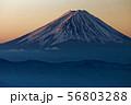 乾徳山から見る朝焼けの富士山 56803288