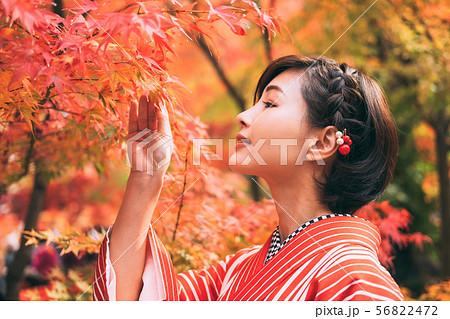 紅葉と着物の女性 56822472