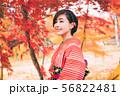 紅葉と着物の女性 56822481