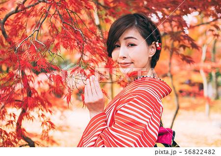 紅葉と着物の女性 56822482