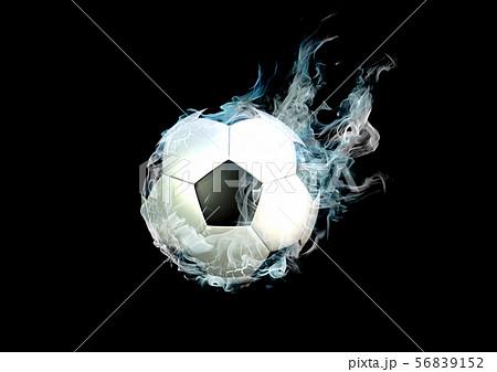青白い炎と煙に包まれたサッカーボール 56839152
