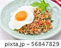 ガパオライス(豚挽肉とパプリカとタマネギ、バジルの葉を炒めた料理)エスニック料理。 56847829