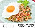 ガパオライス(豚挽肉とパプリカとタマネギ、バジルの葉を炒めた料理)エスニック料理。 56847832