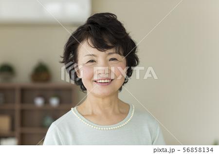 シニア女性 56858134
