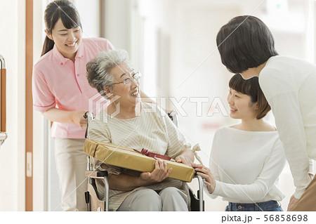 介護施設 面会 56858698