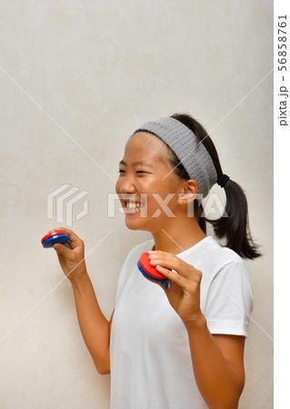 カスタネットで演奏する女の子 56858761