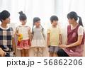 保育士と園児たち 56862206