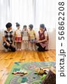 保育士と園児たち 56862208