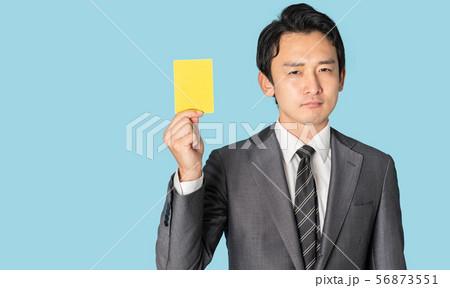 イエローカードを見せる男性 56873551