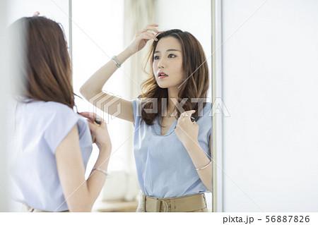 若い女性 56887826