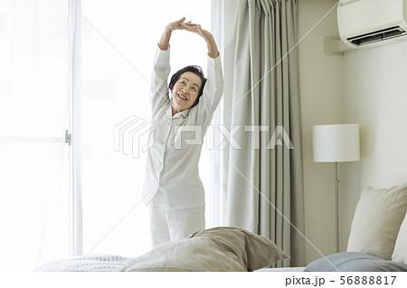 シニア女性 寝起き 56888817