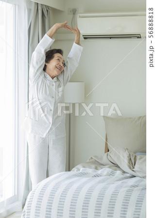 シニア女性 寝起き 56888818