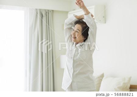 シニア女性 寝起き 56888821