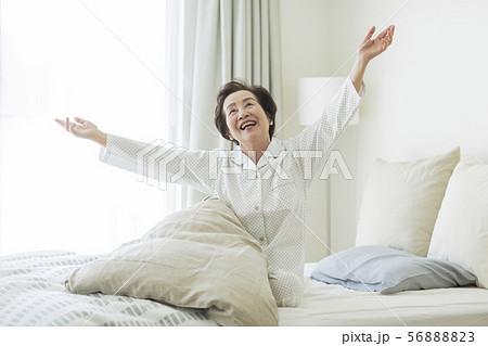 シニア女性 寝起き 56888823