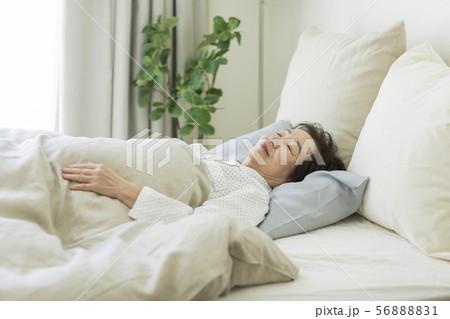 シニア女性 睡眠 56888831