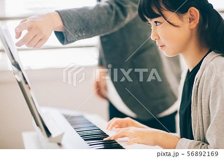 女の子 電子ピアノ 演奏 56892169