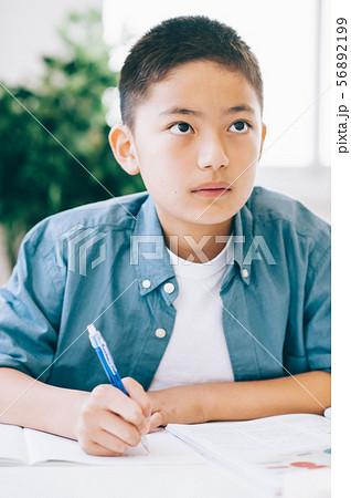 男の子 小学生 勉強 56892199