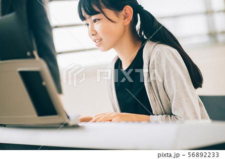 女の子 電子ピアノ 演奏 56892233