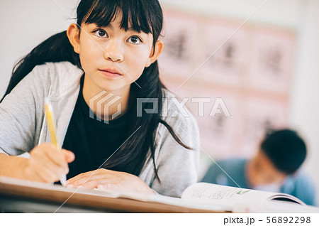 女の子 小学生 勉強 56892298