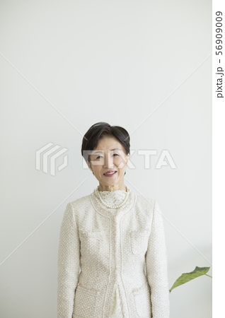 シニア女性 56909009