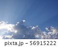 雲の合間から広がる光 56915222