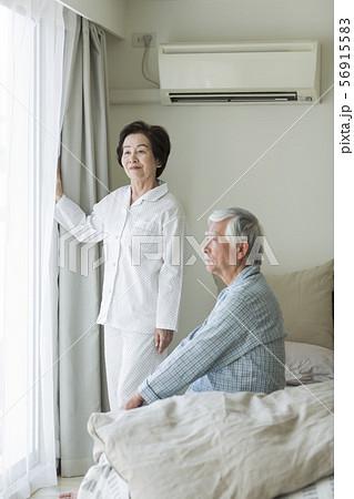 シニア夫婦 寝起き 56915583
