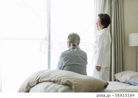 シニア夫婦 寝起き 56915584