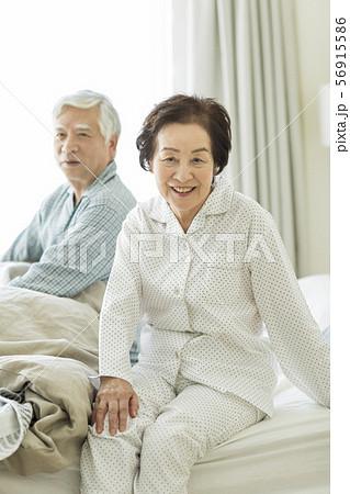 シニア夫婦 寝起き 56915586