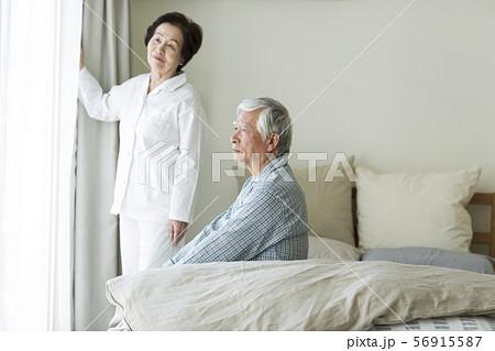シニア夫婦 寝起き 56915587