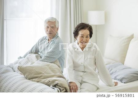 シニア夫婦 寝起き 56915801
