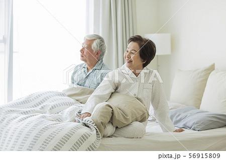 シニア夫婦 寝起き 56915809