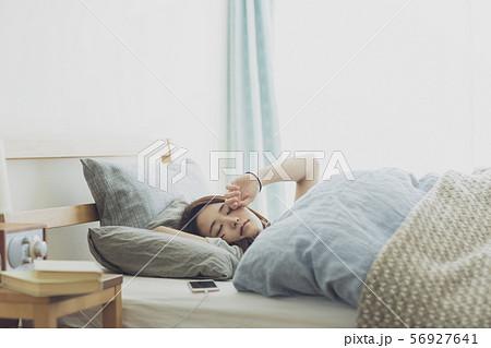 若い女性 寝起き 56927641