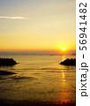 引き潮の海と夕日 56941482