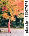 紅葉と着物の女性 56957676