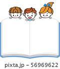 余白の本を見る子供達 56969622