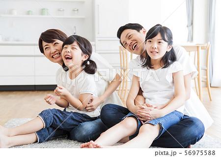 家族 親子 ファミリー 女性 子供 56975588